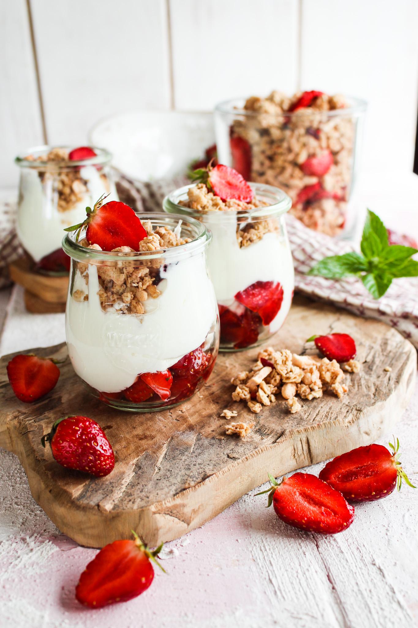 MÜSLI Topping mit Erdbeeren